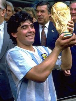 Диего Марадона — его имя стало синонимом футболиста.