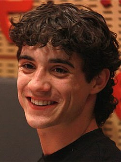 Хавьер Фернандес — молодой и талантливый фигурист из Испании.
