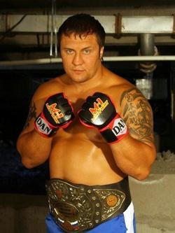 Роман Зенцов — чемпион по микс-файт.